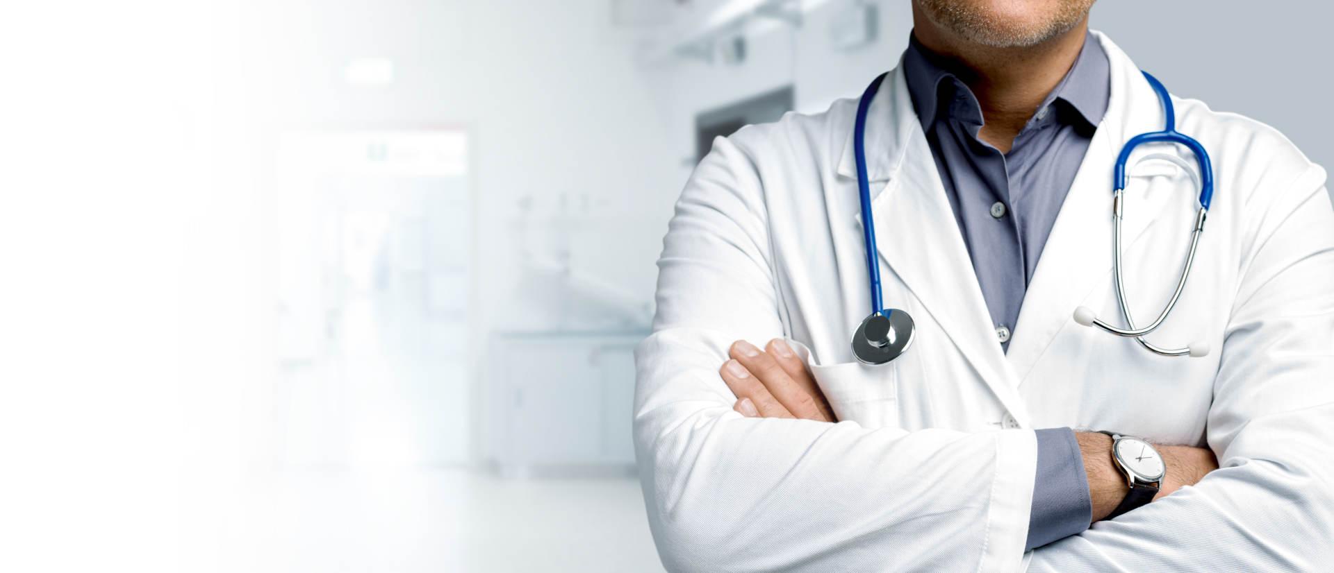 Lekarz w kitlu z przewieszonym stetoskopem przez szyję