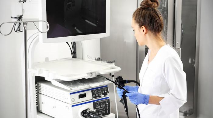 Lekarz przygotowujący gastroskop do badania gastrologicznego żołądka